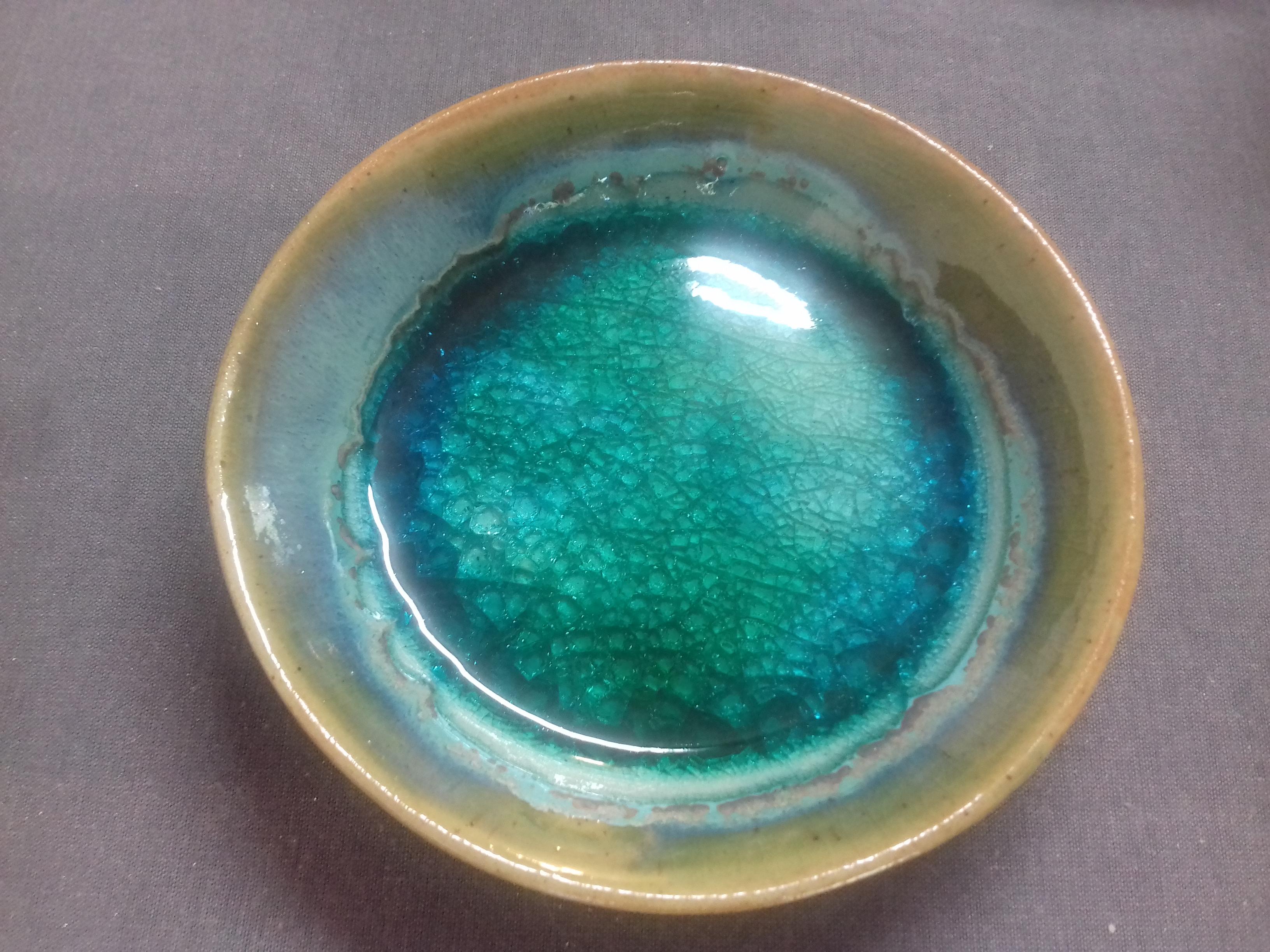 Soucoupe en grès associée à du verre